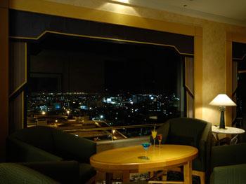 最上階にあるバーラウンジからは夜景も楽しめる