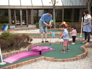 ガーデンにある18ホールのパターゴルフ