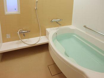 洗い場とステップを備えた浴室