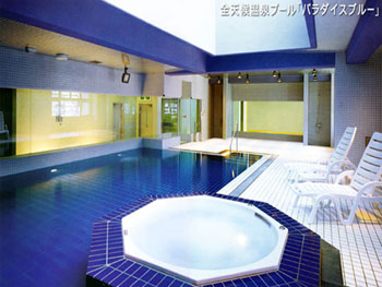 全天候型温泉プールも完備