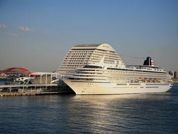 大型の豪華客船や帆船を間近で眺める事も