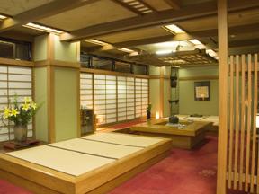 大阪屋 広々としたロビーの一角に、炉が切ってあり純和風旅館の趣きが漂う