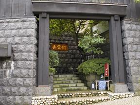 香雲館 大門をくぐり、檜造りの大扉が開けばそこは日常を離れた古香遊雲の世界