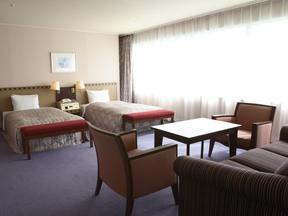 ホテルエピナール那須 三方が窓の明るい室内はゆったりとしたスペースが嬉しい