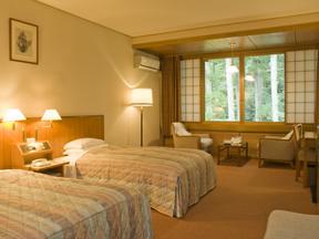 富士屋ホテル 窓越しの緑がまぶしい、ゆったりくつろぎのスペース