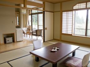 仙郷楼 自然の陽光が燦々と入る明るい和室からは広々とした庭園が一望