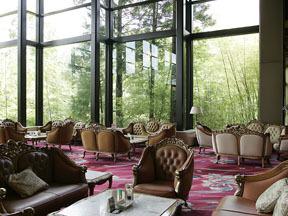 ホテル瑞鳳 竹林に面した高級感あるラウンジ