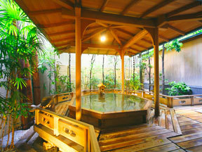 葉渡莉 意匠を凝らした檜造りの露天風呂