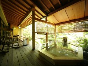 グランディア芳泉 客室にある露天風呂は庭園を臨む八角形の露天檜風呂