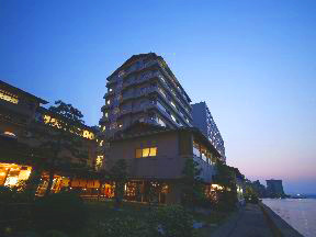 ホテル海望 夕映えの海側から見たホテル海望の全景