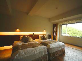 望楼NOGUCHI登別 床は総板張りで壁を取り払った開放的な空間