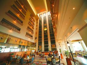 ニュー阿寒ホテル 1階吹き抜けとシースルーエレベーター