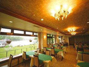 ホテル阿寒湖荘 朝食と部屋食以外の客の夕食会場になる庭園レストラン「あららぎ」。窓の外には緑の芝生と阿寒湖が広がる