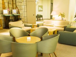 草津温泉ホテルリゾート ロビーにはインターネット接続のコーナーもあり、くつろぎと機能性が揃っている