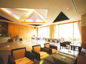 源泉湯の宿 紫翠亭 8時~18時はカフェラウンジ、18時~23時は貸切クラブになる「覇王」