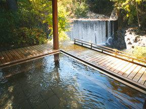 かやぶきの郷薬師温泉旅籠 女性用露天風呂「滝見乃湯」