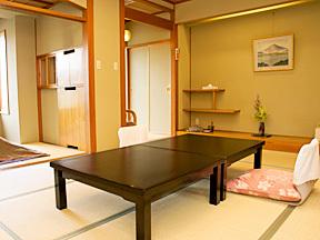 ホテル鐘山苑 やさしい質感の木材を多用した、書院造りの客室