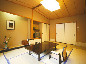 花巻温泉 佳松園 広い本間のほか畳敷きの広縁があって和風情緒豊か