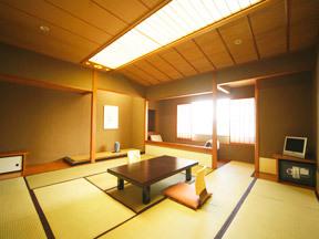 湯守 ホテル大観 木材を多用し、広さと落ち着きを感じる部屋