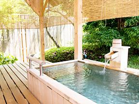 常磐ホテル 客室にある檜作りの露天風呂