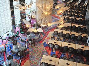 定山渓ビューホテル 吹き抜けになった高い天井、全面ガラス張りのレストラン。総席数700名収容の「グランシャリオ」