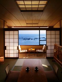 白浜オーシャンリゾート(旧:リゾートイン白浜) 落ち着いた雰囲気の和室でくつろぐ
