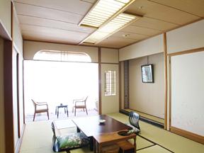 飯坂ホテル聚楽 和室スペースは 広々とした寛ぎの空間