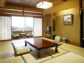 金太郎温泉 落ち着いた佇まいの和室でくつろぐ