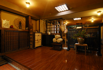 趣きのある調度品が飾られる玄関